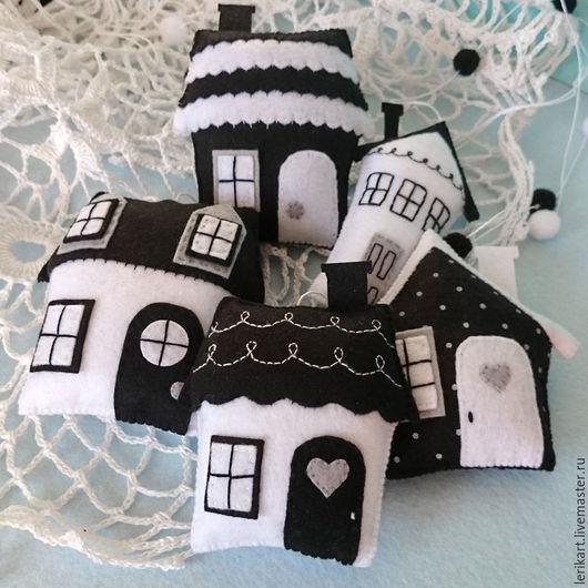 """Развивающие игрушки ручной работы. Ярмарка Мастеров - ручная работа. Купить Черно-белый мобиль из фетра на кроватку для новорожденного """"Домики"""". Handmade."""