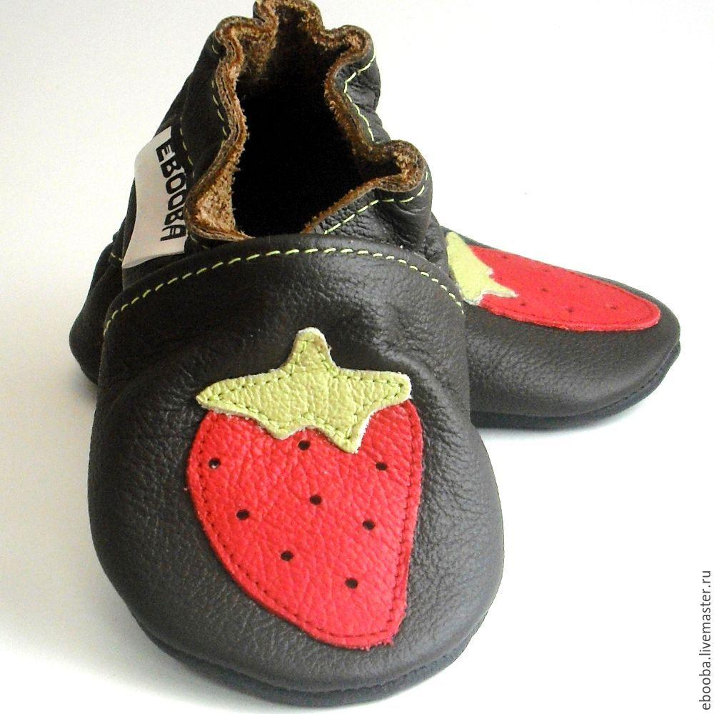Кожаные чешки тапочки пинетки клубника красная на тёмно-коричневом ebooba