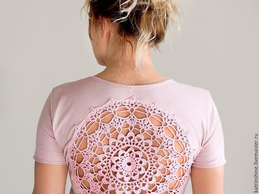 Футболки, майки ручной работы. Ярмарка Мастеров - ручная работа. Купить Светло-роозовая футболка с ажурной аппликацией на спине - Размер S-М. Handmade.