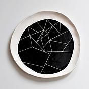 Посуда ручной работы. Ярмарка Мастеров - ручная работа белая тарелка с черным абстрактным узором минимализм. Handmade.