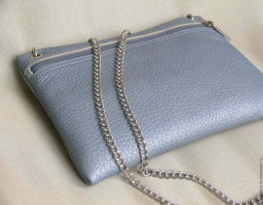 Сумочка кожаная на цепочке. Цвет серо-голубой с добавлением перламутра. Габариты сумки: длина 25см, высота 19см. Цепочка 130см с карабинами, цвет серебро.