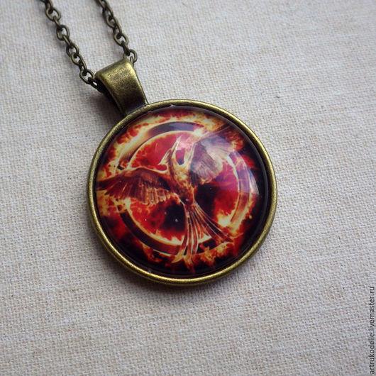 Кулон Сойка-пересмешница из фильма Голодные игры (Hunger Games) выполнен из фурнитуры цвета античной бронзы. Купить кулон Сойка-пересмешница. Купить кулон Голодные игры
