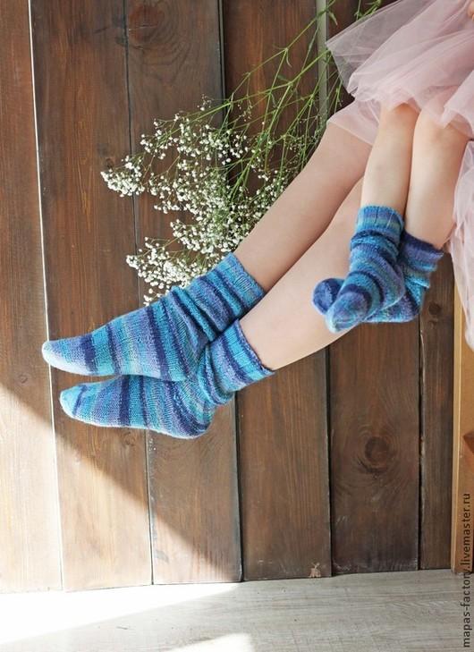 Веселые, носочки для мамы и дочки. Носочки, связанные узором из лицевых и изнаночных петель по спирали. Эти носочки без пяточки, а значит безразмерные. Раскрась свой мир.