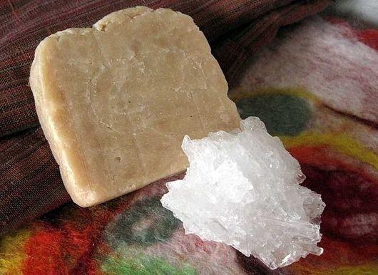 рядом с мылом лежит белый кристалл ментола