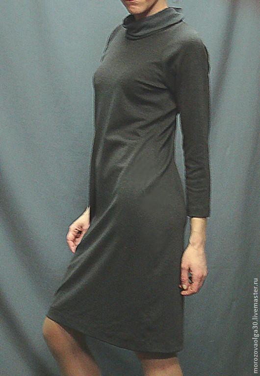 Платье из плотного костюмного меланжевого итальянского трикотажа джерси цвета темный графит, дополненное мягким трикотажем-компаньоном, из которого выполнен драпирующийся воротник-хомут. Имеет очень мягкий, свободный силуэт, один из самых актуальных в этом сезоне и очень комплиментарный к небольшим недостаткам фигуры, что делает его незаменимым для девушек в положении или полных дам.