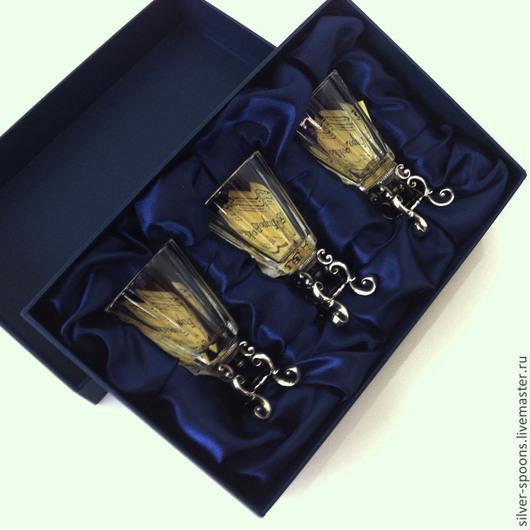 Набор на троих `Дятьковское барокко`.  Три рюмочки на серебряных ножках уложены на ложемент из темно-синего шелка в подарочную коробку. Подарок на свадьбу, её годовщины, юбилеи, новоселье, другое торжество.