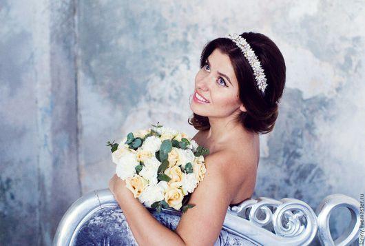 Свадебный ободок НИМФА, выполненный в холодно-розовой гамме, на модели.