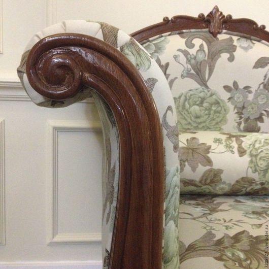 Дубовая оттоманка в классическом стиле с изящными изогнутыми линиями и резьбой ручной работы. Разница в цвете, размерах, материалах возможна, благодаря ручной работе