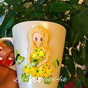 Кружки ручной работы. Ярмарка Мастеров - ручная работа Кружка с декором из полимерной глины Девочка с яблоком. Handmade.