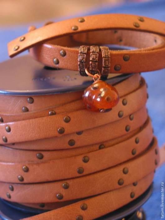 Оригинальный кожаный плоский шнур натурального цвета с клепками производства Испании, 10х2,5 мм, Цена - 280 руб. за 20 см.; колечки для браслета регализ по 60 руб. / шт.