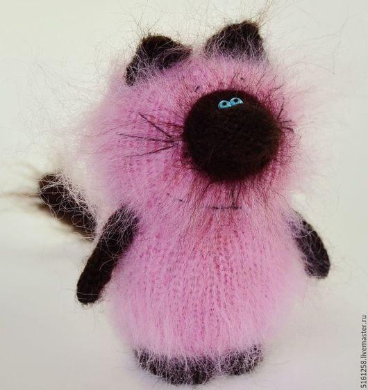 Игрушки животные, ручной работы. Ярмарка Мастеров - ручная работа. Купить Розовый сиамчик (вязаный  кот сиамский мягкая игрушка). Handmade.