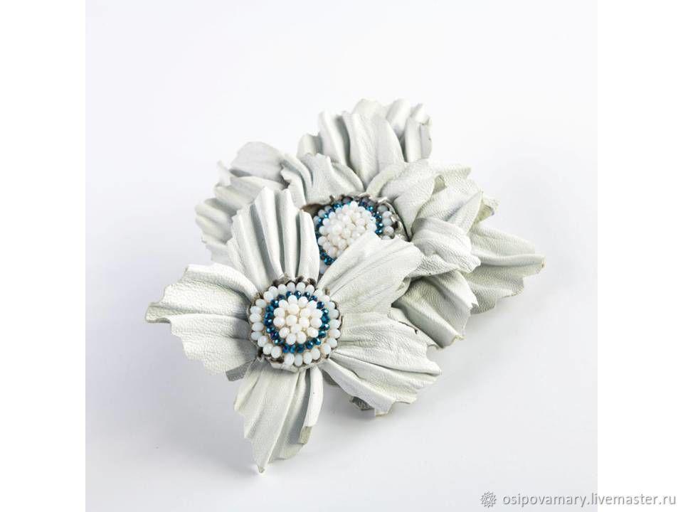 Универсальное украшение из натуральной кожи `Белый лебедь`  . Можно носить как брошь и заколку для волос .