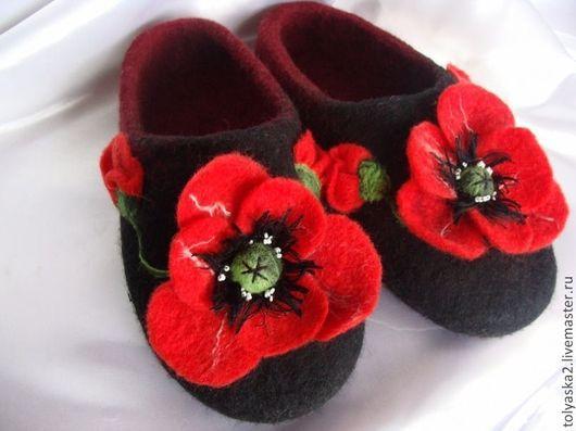 """Обувь ручной работы. Ярмарка Мастеров - ручная работа. Купить Тапочки женские """"Маки"""".. Handmade. Черный, тапочки домашние"""
