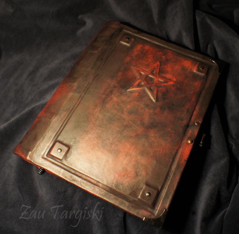 В электрическом освещении (обратите внимание, книга выглядит более яркой и теплой, чем при дневном освещении)