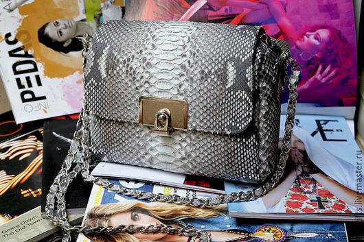 Женская сумочка из натуральной кожи питона серая с мотивом