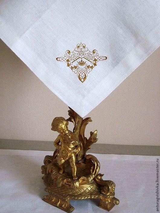 Салфетка с вышивкой Корона прекрасно дополнит как праздничный, так и повседневный интерьер гостиной  и станет незабываемым подарком к Новому году, подарком к любому празднику.