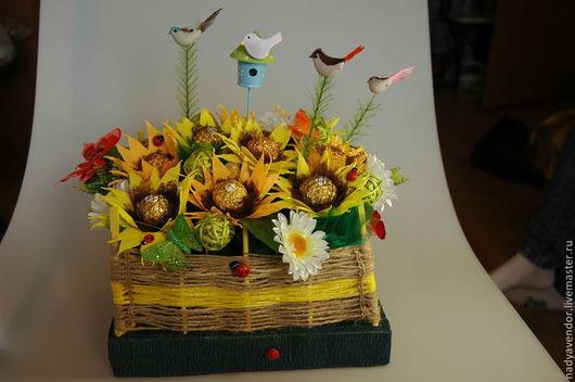 Подсолнухи за забором-плетнем поднимут настроение  и напомнят ,что лето не за горами!В композиции использованы шоколадные конфеты Ферреро Роше и Коркунов,декоративные птички и бабочки.Надежда ярмарка
