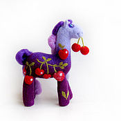 Куклы и игрушки ручной работы. Ярмарка Мастеров - ручная работа Войлочная фигурка — Вишневая лошадь. Handmade.