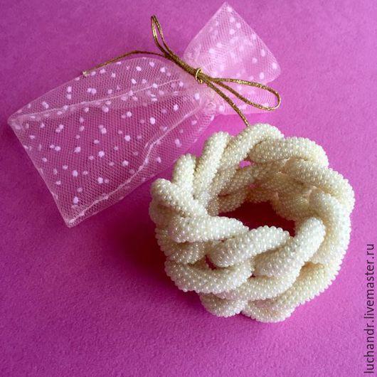 Купить браслет Белая Бесконечность - массивный, крупный браслет из переплетений и узлов, браслет из бисерного жгута, жгут из бисера. Белый, молочный, нежность, женственность. Магазин Украшений