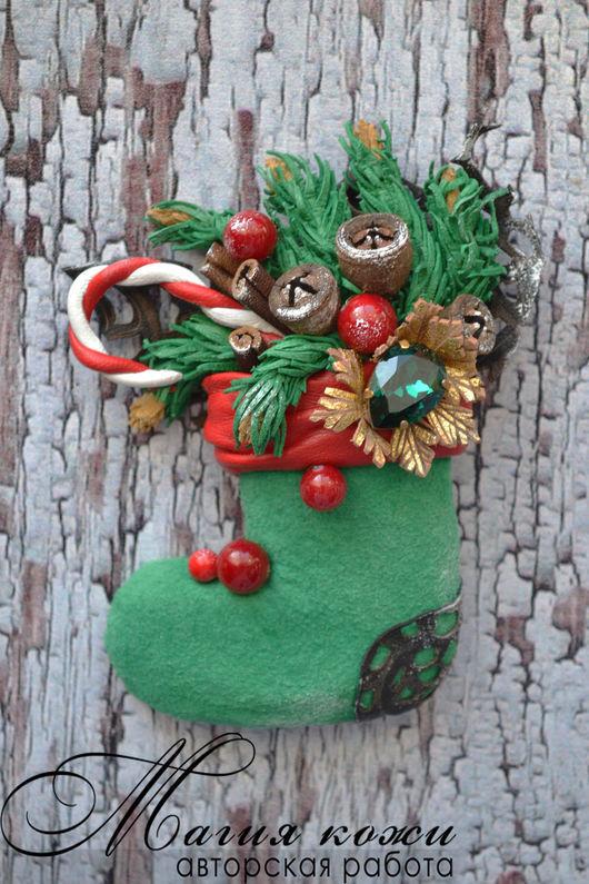 """Броши ручной работы. Ярмарка Мастеров - ручная работа. Купить Брошь из кожи """"Башмачок рождественского эльфа"""". Handmade. Дед мороз"""