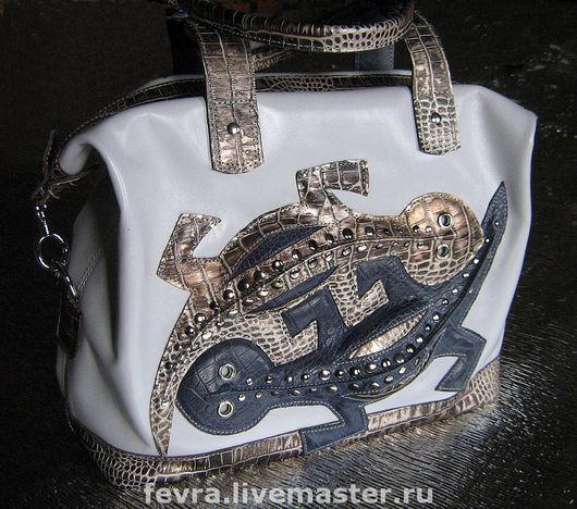"""Сумка с серебристой отделкой. ручки, верх, низ и дно сумки из кожи с тиснением """"Крокодил"""" серебристого цвета. Эта сумка продана."""