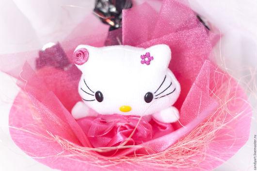 """Букеты ручной работы. Ярмарка Мастеров - ручная работа. Купить Букет из конфет и игрушки """"Hello Kitti Mini"""". Handmade. Фуксия"""