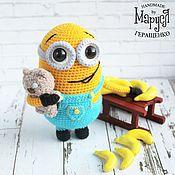 Куклы и игрушки ручной работы. Ярмарка Мастеров - ручная работа Миньон Боб с мишкой и бананом (вязаная игрушка, рост 15 см). Handmade.