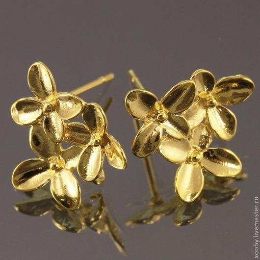 Пуссеты основа для сережек гвоздиков Три цветка из латуни с покрытием имитирующим золото с петелькой для крепления подвески