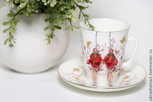 Серьги лэмпворк с бутонами коралловых, ярко-розовых роз и каплями подвесками. Швензы серебро. Цена 1300р