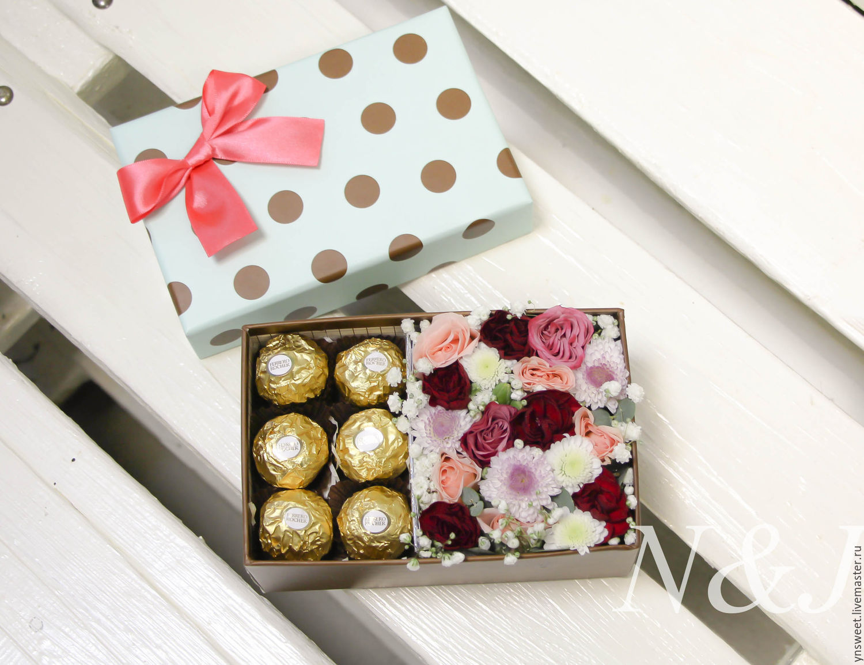 Цветы и пирожные в коробке фото