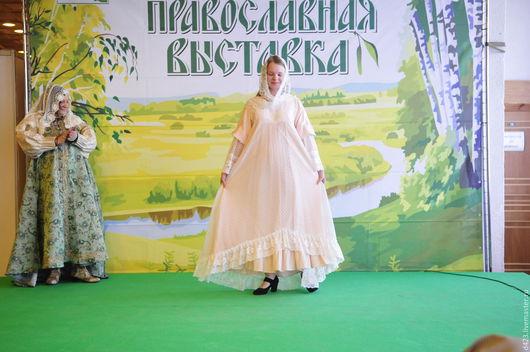 Подвенечный наряд `Розовое облако`. На основе народного кроя - сарафан с рубахой. Вискоза нежного персикового цвета - платье, а сверху - сарафан из светло- розового гипюра со шлейфом. Невеста рада!