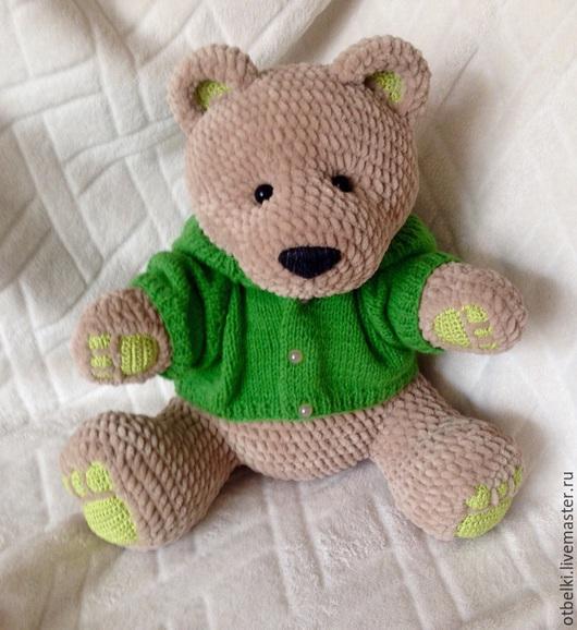 Медведь Трюфель одет в уютный свитер, но может быть раздет, но не желает ходить голым.