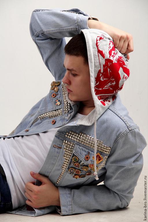 Джинсовая куртка украшена кружевом